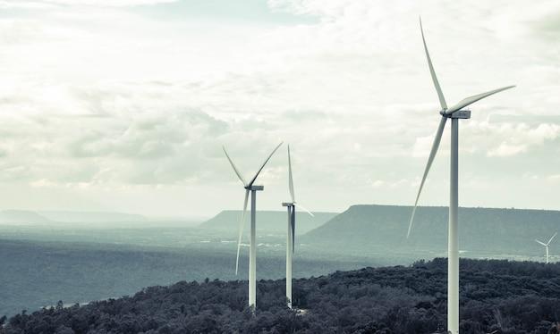 La vista horizontal de la granja de molinos de viento en las montañas