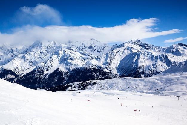 Vista horizontal del paisaje de montaña de invierno