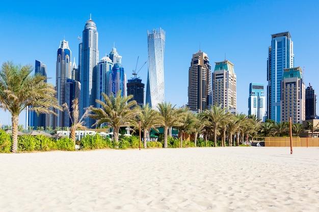 Vista horizontal de rascacielos y playa de jumeirah en dubai. eau
