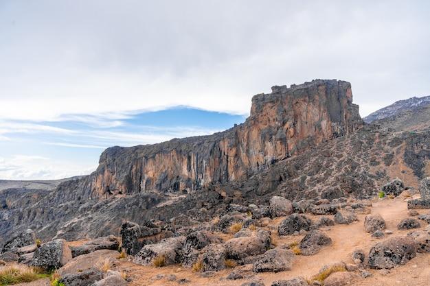La vista horizontal del terreno volcánico cerca de la montaña kilimanjaro en tanzania