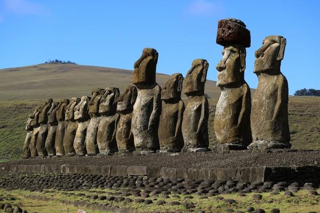 Vista impresionante de 15 enormes estatuas moai de ahu tongariki con el volcán poike, isla de pascua, chile