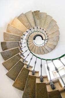 Vista de una increíble escalera de caracol dentro de un faro.