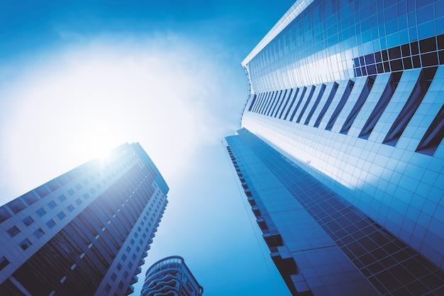 Vista increíble de un rascacielos corporativo desde el fondo