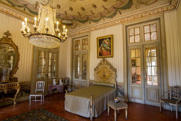 Vista de las increíbles habitaciones decoradas del palacio nacional de queluz, ubicado en sintra, portugal.