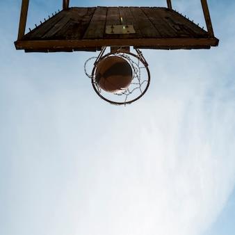 Vista inferior del aro de baloncesto