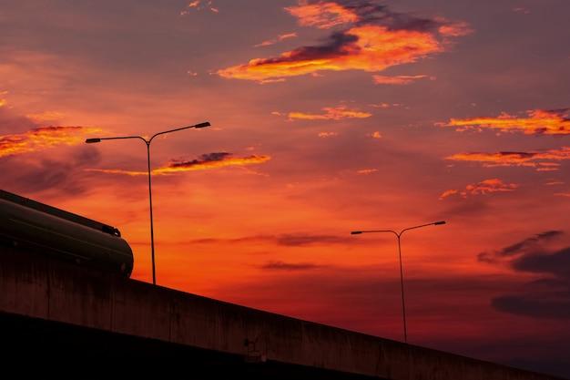 Vista inferior de la autopista elevada de hormigón con cielo al atardecer