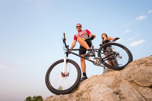 Vista inferior de una bicicleta deportiva y del ciclista.