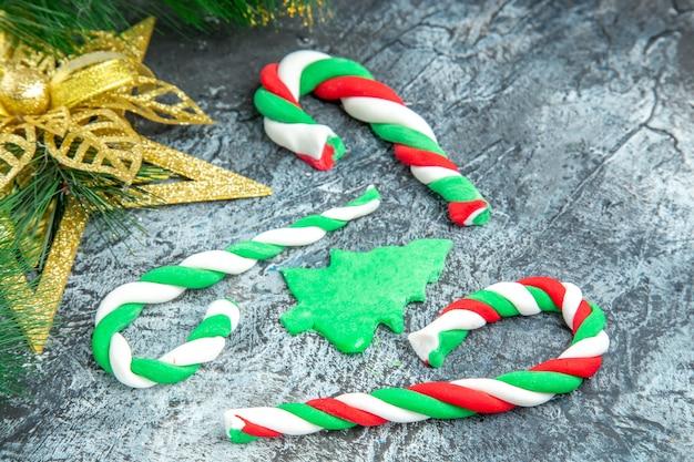 Vista inferior caramelos de navidad adornos de navidad en gris