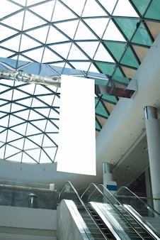 Vista inferior cartelera colgando en el centro comercial