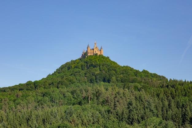 Vista inferior del castillo de hohenzollern en alemania