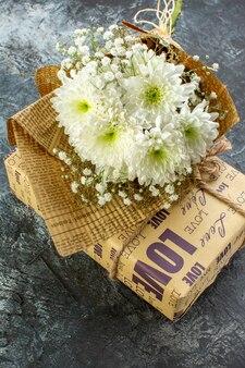 Vista inferior de los detalles del día de san valentín ramo de flores de regalo sobre fondo oscuro