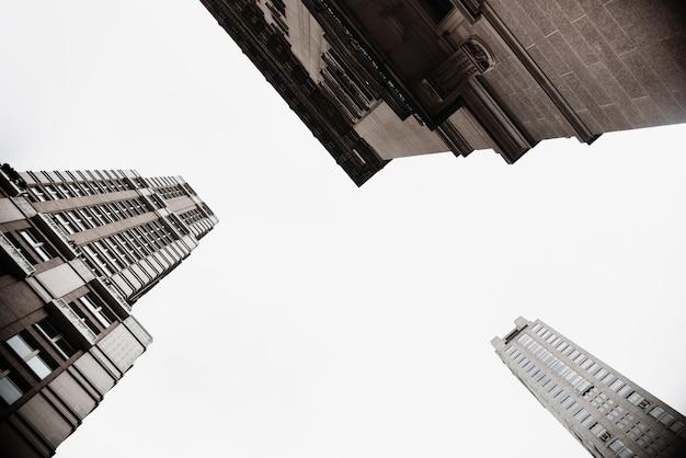 Vista inferior de edificios en entorno urbano.