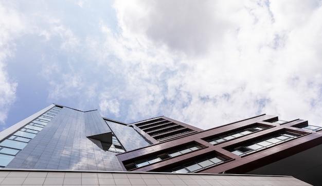 Vista inferior de la fachada del edificio de lujo en el cielo, diseño exterior inmobiliario.