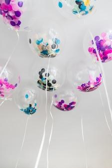 Vista inferior globos transparentes con confeti dentro