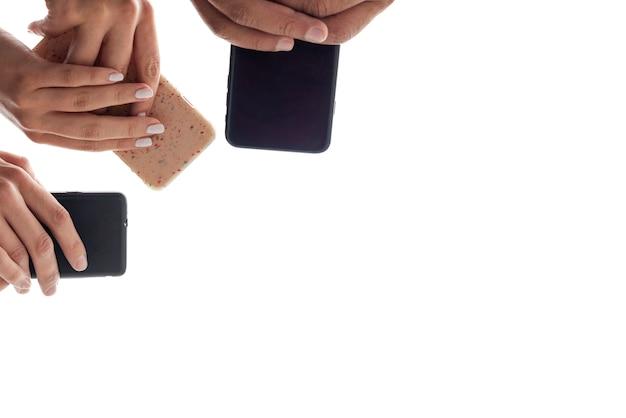 Vista inferior manos sosteniendo teléfonos móviles