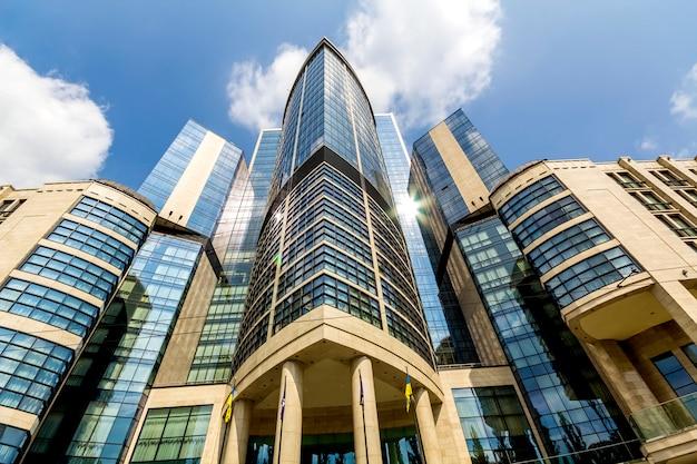 Vista inferior de modernos rascacielos en el distrito financiero