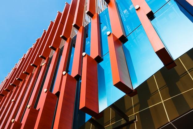 Vista inferior de modernos rascacielos en el distrito de negocios en la luz del atardecer al atardecer con efecto de filtro de destello de lente