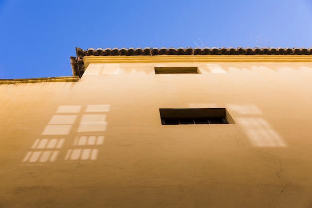 Vista inferior muro de una casa