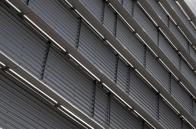 Vista inferior de la pared corrugada con separadores de piso de metal