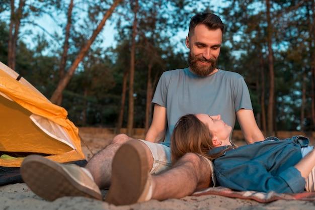 Vista inferior pareja de camping