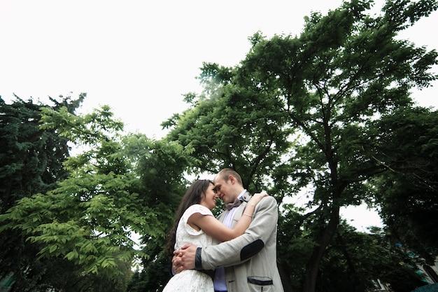 Vista inferior de pareja en un momento romántico