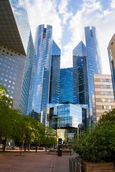 Vista inferior de los rascacielos de cristal del distrito de negocios de parís la defense