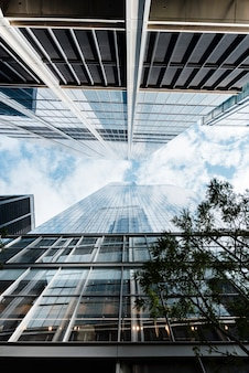 Vista inferior rascacielos en día soleado