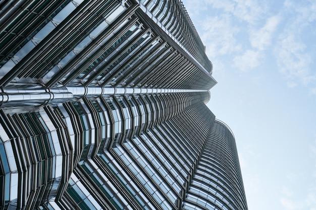 Vista inferior del rascacielos moderno