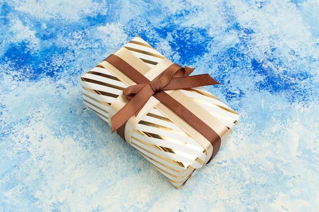 Vista inferior del regalo del día de san valentín sobre fondo azul grunge blanco