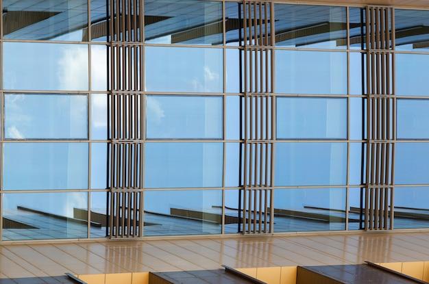 Vista inferior de la superficie de vidrio reflectante del edificio moderno