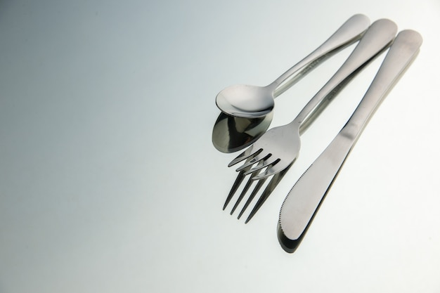 Vista inferior tenedor cuchillo cuchara en espejo lugar de copia