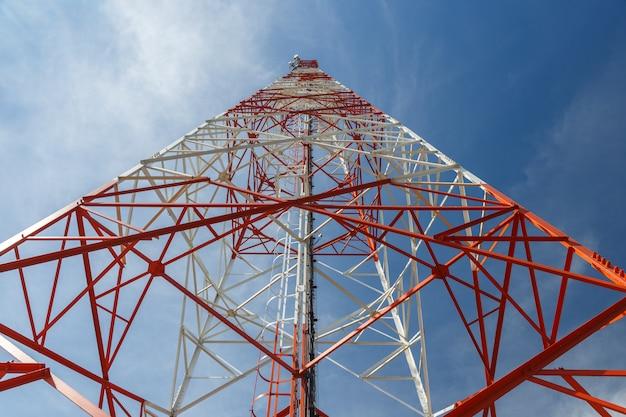 Vista inferior de una torre de telecomunicaciones.