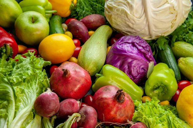 Vista inferior verduras y frutas calabacín pimientos pepino lechuga repollo rojo y blanco granadas rábano limón manzana