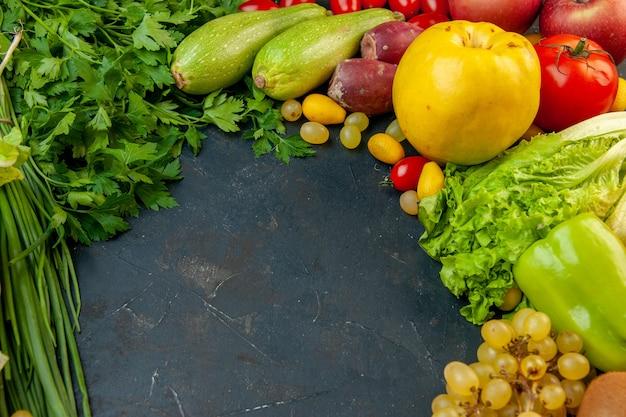 Vista inferior verduras y frutas lechuga calabacín pimientos uvas perejil cebolla verde membrillo espacio libre