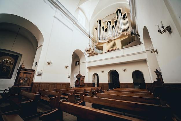 Vista interior de una antigua iglesia con bancos vacíos