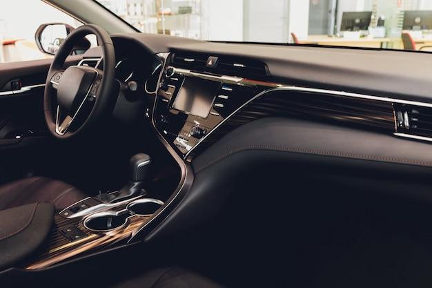 Vista del interior de un automóvil moderno que muestra el tablero de instrumentos.