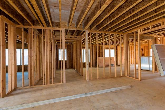 Vista interior de una casa en construcción.