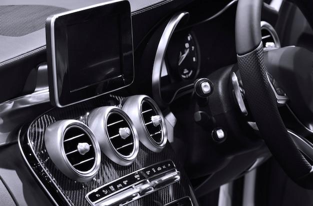 Vista interior del coche moderno, tono blanco y negro