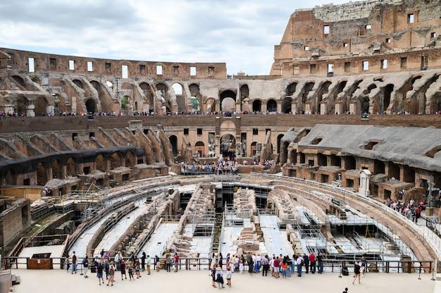 Vista interior del coliseo, interior. antigua arena de gladiador romano. italia, roma