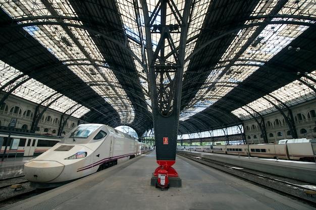 Vista interior de los detalles de la estación de tren francesa importante hermosa de barcelona, españa.