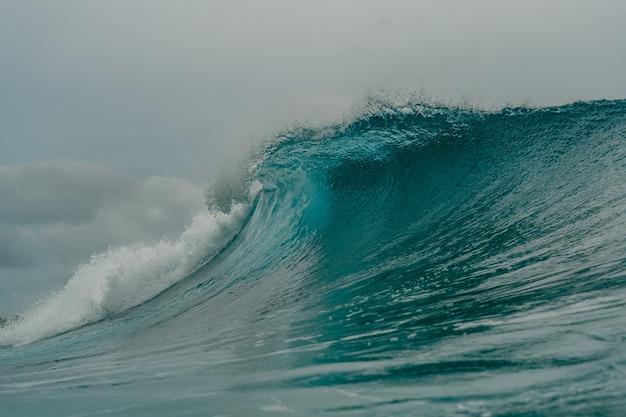 Vista interior de la enorme ola rompiente del mar en las islas mentawai, indonesia