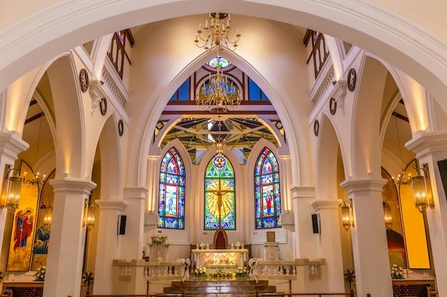Vista interior de la hermosa iglesia colorida con bancas vacías
