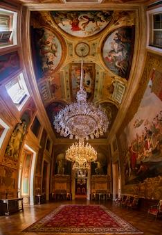Vista interior de una de las hermosas habitaciones del palacio de ajuda ubicado en lisboa, portugal.