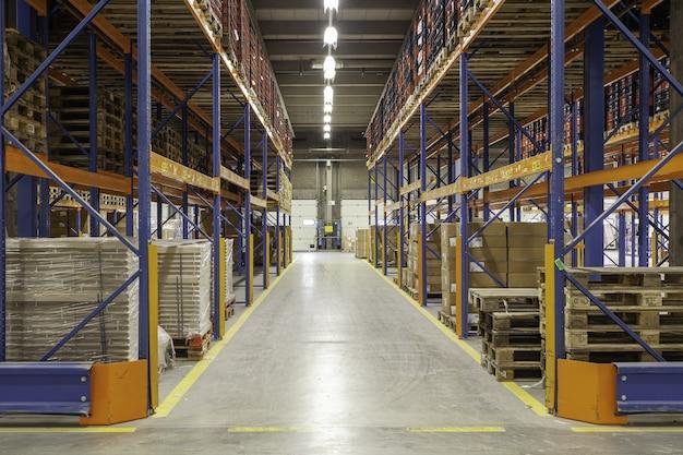 Vista interior de un nuevo almacén en el entrepiso mirando hacia el pasillo