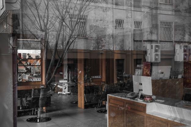 Vista interior de peluquería desde la calle
