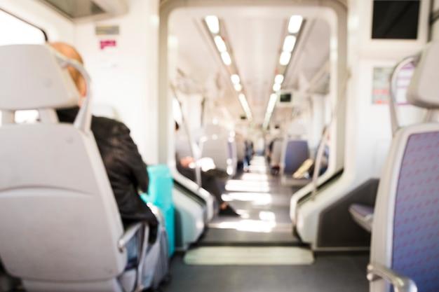 Vista interior de un tren moderno.