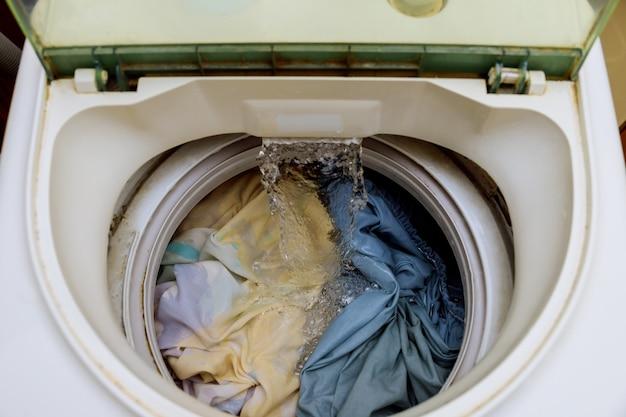 Vista interna de un tambor de lavadora durante el lavado.