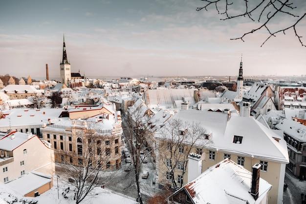 Vista invernal del casco antiguo de tallin.ciudad cubierta de nieve cerca del mar báltico. estonia.