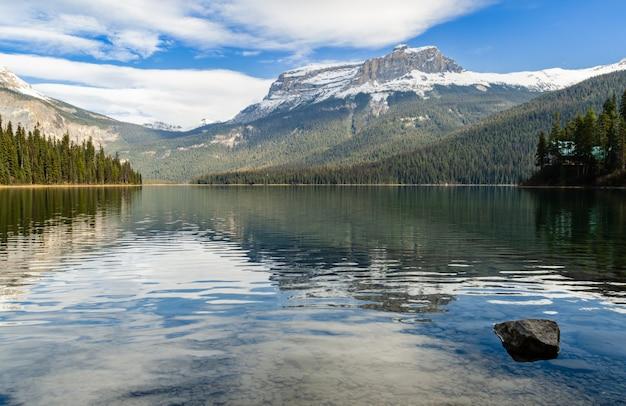 Vista invernal del lago esmeralda en el parque nacional yoho, columbia británica, canadá