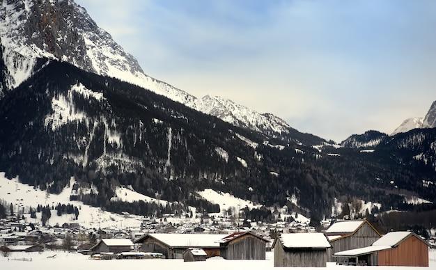 Vista invernal de un pequeño pueblo en las montañas alpinas.